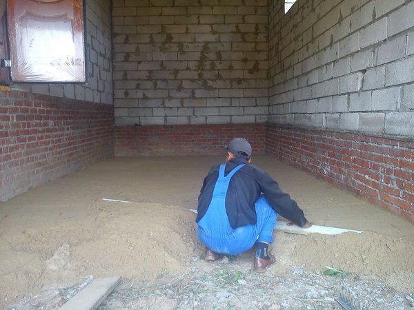 Долговечность бетонного пола в гараже зависит от правильности его конструкции