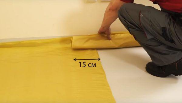 Пленка укладывается с нахлестом 15 см
