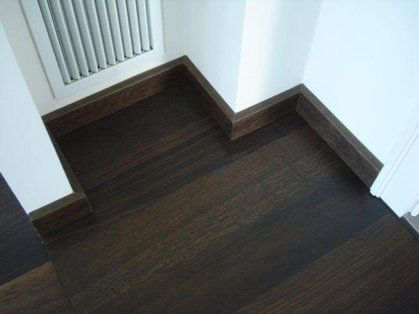 Размеры комнаты также влияют на выбор плинтуса. Широкий красивый плинтус в интерьере монтируется в комнатах, в которых высокие потолки