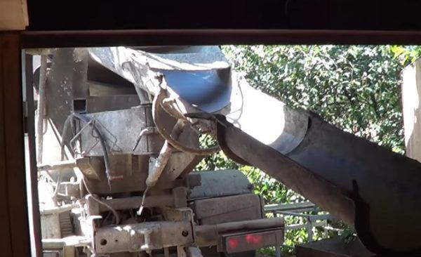 В данном случае бетон был заказан на заводе и доставлен в грузовике с мешалкой