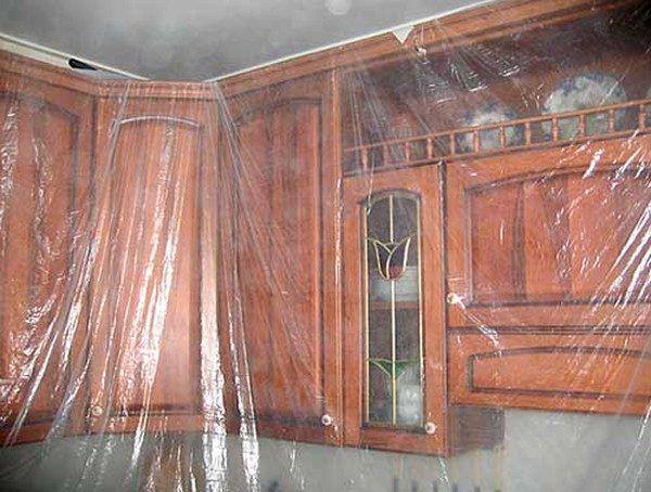 Мебель, которую нельзя вынести, накрывается пленкой