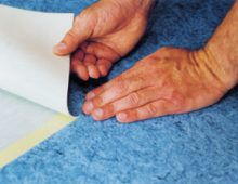 Если напольное ПВХ-покрытие не приклеено к полу, зафикси- руйте область шва подходящим для этого двухсторонним скот- чем. Крепко прижмите к скотчу уложенные плотно друг к другу полосы ПВХ-покрытия