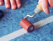 Тщательно прикатайте скотч роликом к покрытию, чтобы сред- ство для холодной сварки не затекло под скотч