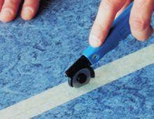 Разрежьте скотч в зоне шва ножом с круглым лезвием. Также можно использовать ножи с трапециевидным или крючкообраз- ным лезвием