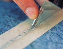 На поверхности скотча должен остаться тонкий слой средства шириной примерно 5мм: это оз- начает, что в шов поступило достаточное количество продукта
