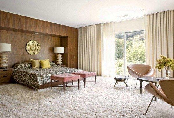 Белый ковролин в спальне