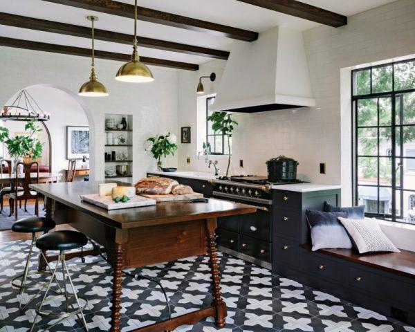 Черно-белый пол на кухне фото