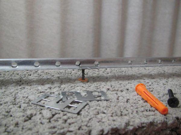 Для маяков можно использовать и металлопрофиль (например, под гипсокартон)