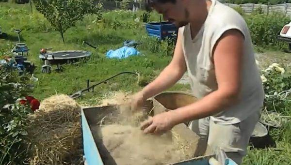 Добавление измельченной соломы в смесь глины и песка