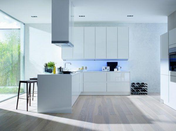 Еще один пример кухни, оформленной в светлые цвета