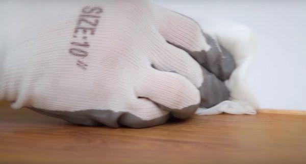 Герметик протирается влажной салфеткой