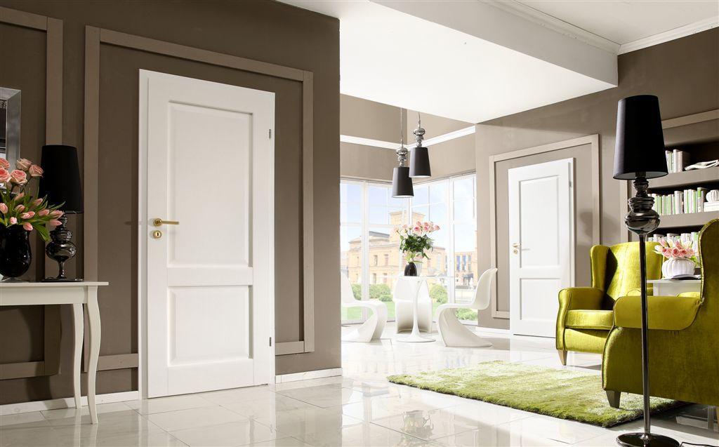 Светлые двери и обои в интерьере