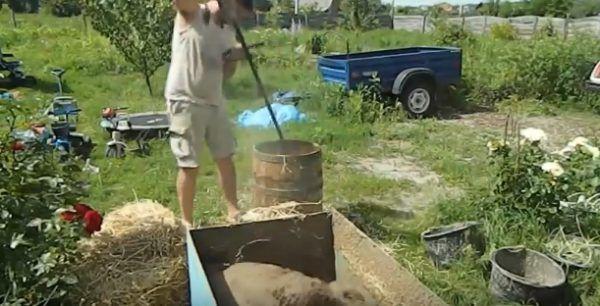Измельчение соломы в бочке при помощи садового триммера