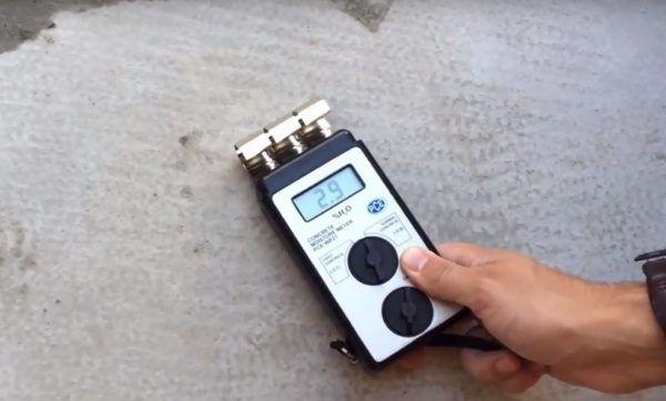 Измеряется уровень влажности основания