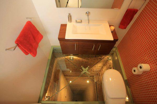 Как думаете, это настоящая шахта лифта под санузлом