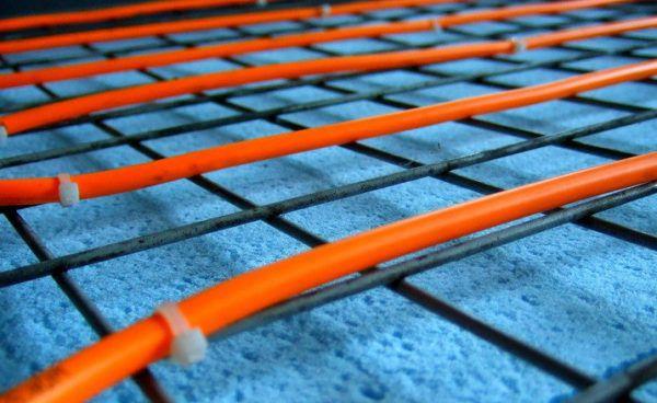Крепление труб с помощью монтажной сетки и пластиковых хомутов
