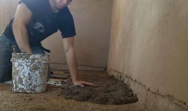 Нанесение первого слоя глины