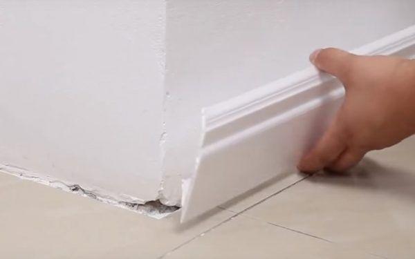 Плинтус прикладывается к стене