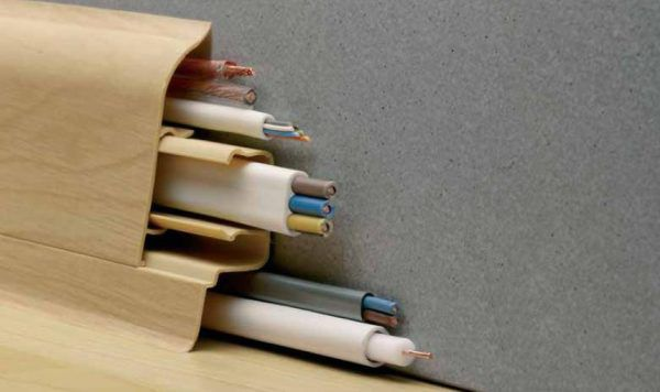 Плинтус с кабель-каналом устанавливается на стыке стены и пола, придавая отделке завершенный вид