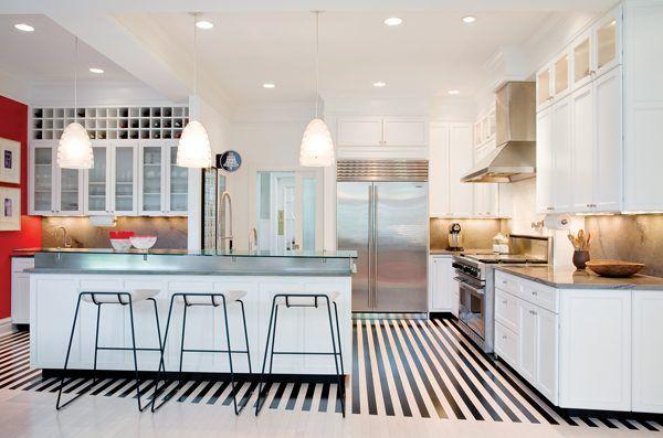 Полосатый деревянный пол на кухне