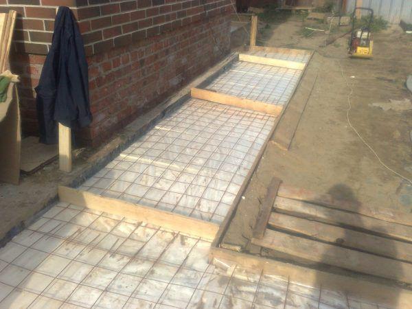 Процесс создания бетонной отмостки