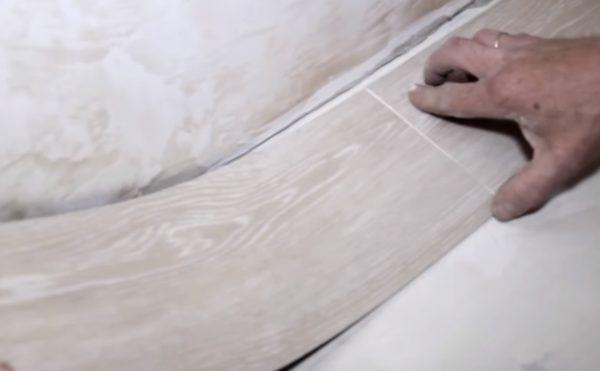 Следующая плитка укладывается вплотную к предыдущей