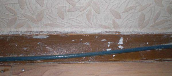 Старый деревянный плинтус