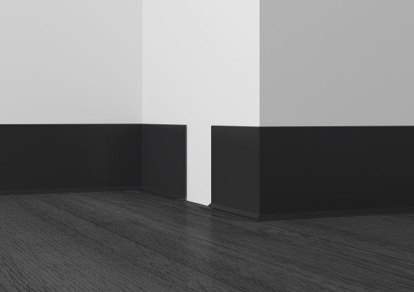 Темный плинтус отлично сочетается с белыми стенами