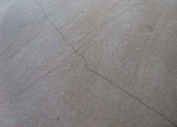 Трещины на стяжке из-за расширения