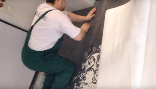 Укладывается баннер с рисунком