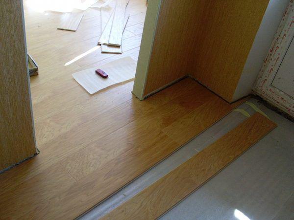 В дверных проемах не рекомендуется заканчивать укладку, необходимо выпускать листы далее и вести укладку в следующую комнату