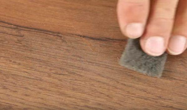 Зачистка отремонтированной поверхности губкой