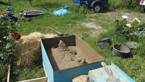 Замешивание глины, песка и воды