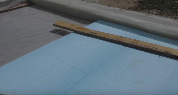 На фотографии можно рассмотреть пример того, как должны выполняться стыки двух рядов плит пенополистирольного утеплителя – следующий ряд перекрывает поперечные швы предыдущего с некоторым смещением в сторону