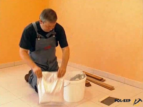 Подготовка клея (здесь используется Bostik Tarbicol MS Elastic)