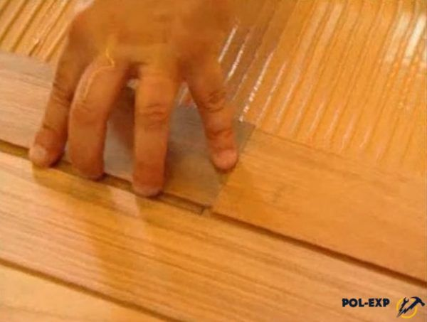 При укладке палубным методом доски укладываются с зазором