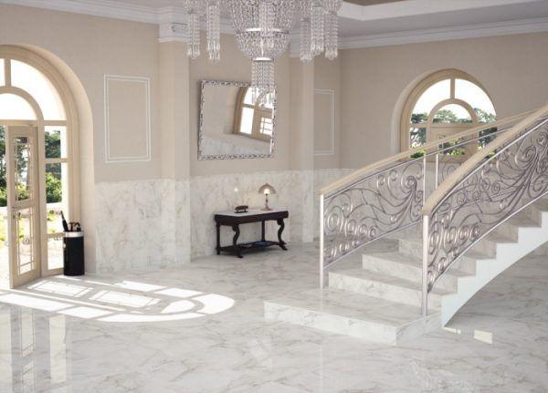 Белый кафель на полу в прихожей частного дома