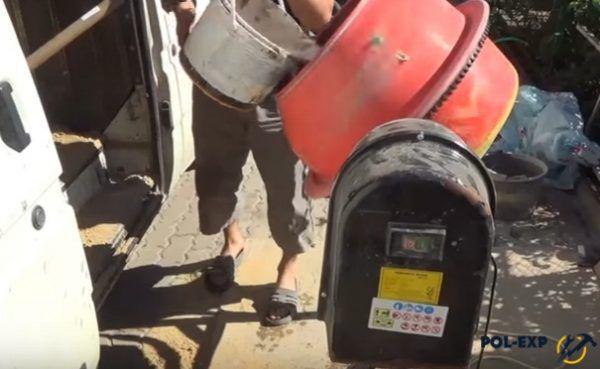 Добавление воды в бетономешалку
