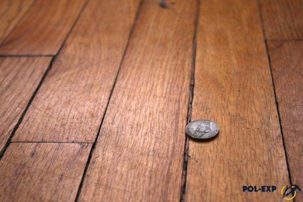 Древесина обладает свойством усыхать со временем – это одна из нескольких причин того, что появляются щели между досками в полу
