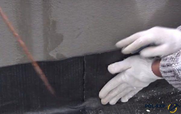 Гидроизоляционный материал приклеивается к стене