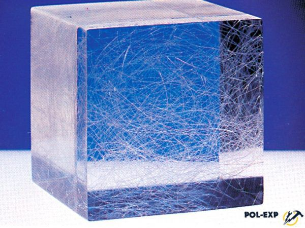 Наглядная иллюстрация того, как фиброволокно распределяется в толще цементно-песчаной смеси стяжки