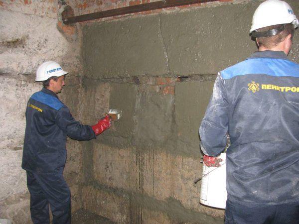 Нанесение проникающей гидроизоляции на стены подвала