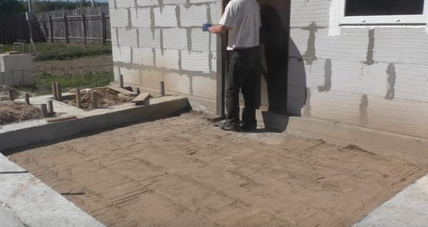 По принципу, представленному на изображении, совершается обход площадки под будущий бетонный пол с ручным трамбовщиком