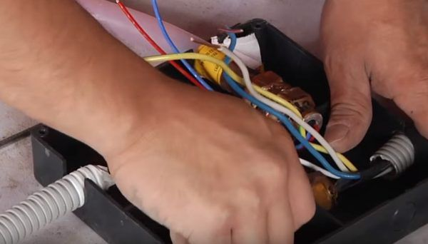 Подсоединяется кабель