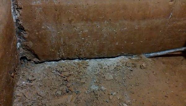 Штробление стыка между стеной и полом