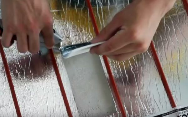 В теплоотражателе вырезаются отверстия