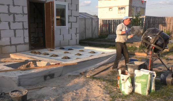 Замешивание бетона в бетономешалке