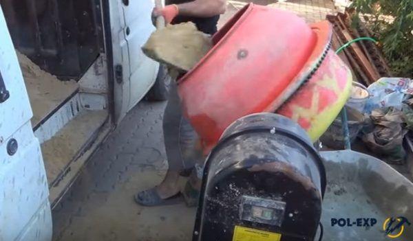 Засыпка песка в бетономешалку совковой лопатой