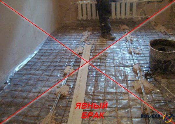 Сразу две ошибки: арматура лежит на поверхности пола, а маяки установлены на гипсовый раствор