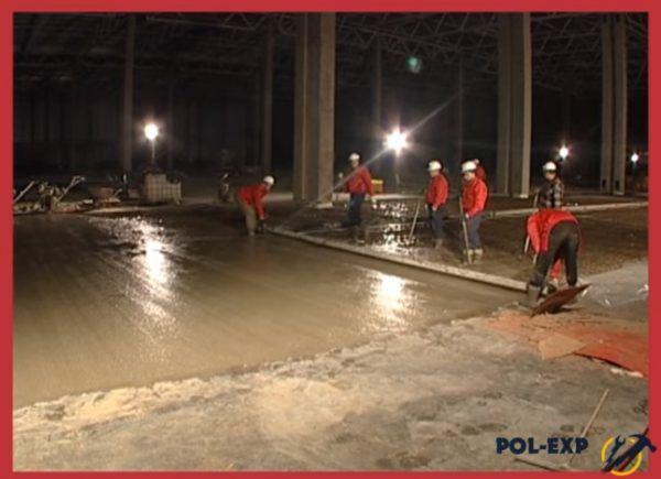 Уплотняют бетонную смесь виброрейкой и одновременное выравнивание